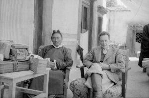 Giuseppe Tucci consulta la biblioteca privata del ministro delle finanze del Tibet (Chushul, 1948)