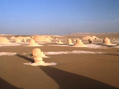 Oasi di Farafra.  Veduta panoramica del bacino di El-Bahr con residui dell'antico deposito  lacustre.
