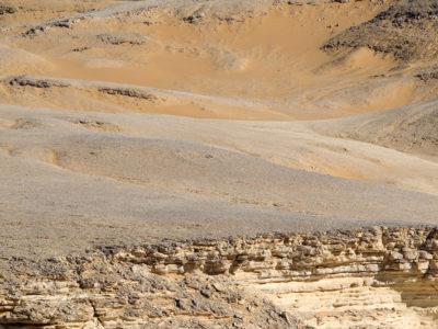 """Oasi di Farafra. Formazione calcarea  a """"torre""""  nell'area  di Sheikh el Obeiyid sul Plateau Settentrionale."""
