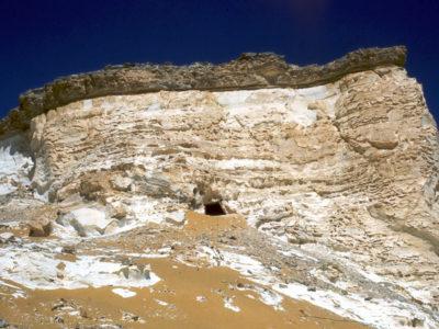 Oasi di Farafra. La Grotta di Wadi el Obeiyid 1 (Farafra Cave)  sul fianco del  Plateau settentrionale.