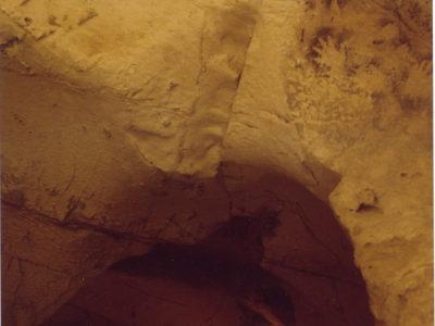 """Oasi di Farafra. Veduta della """"Back Gallery""""  della grotta di Wadi el Obeiyid 1  con   immagini di mani dipinte  con tecnica in negativo sulla parete e sul soffitto."""