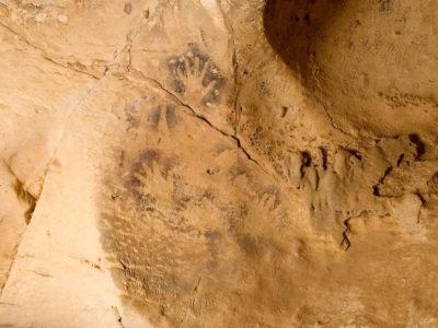 """Oasi di Farafra.  Altro particolare della """"Back Gallery""""  con le immagini di mani dipinte e ampia nicchia circolare di origine carsica."""