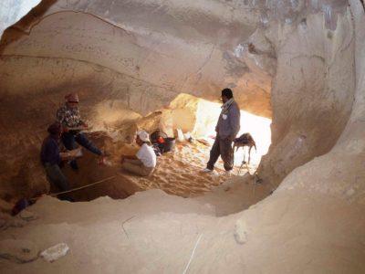 """Oasi di Farafra. Interno della Grotta di Wadi el Obeiyid 1 durante lo scavo del Test  nella """"Front Gallery""""."""