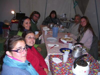 Oasi di Farafra. Alcuni membri della Missione Archeologica  nella tenda-soggiorno.