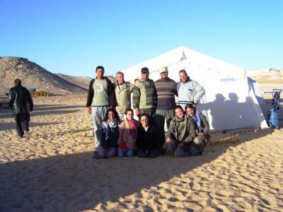 Oasi di Farafra.  Alcuni membri  e personale della Missione Archeologica in una pausa dal lavoro.