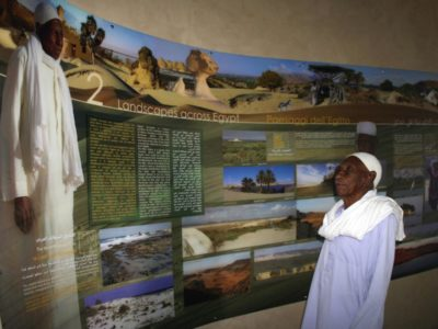 """Oasi di Farafra.  Un'altra immagine del   """"Centro  per Visitatori"""": in primo piano  il saggio  Abdurabbu  Abd-el Nour,  uno dei maggiori conoscitori del  Deserto Bianco."""