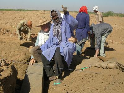 Abu Erteila (Sudan), Kom II, Tempio K 1000, Naos, Il direttore italiano Eugenio Fantusati ed il capo-operaio Abdel Ha Fiss posano con il basamento appena rinvenuto (foto Varriale).