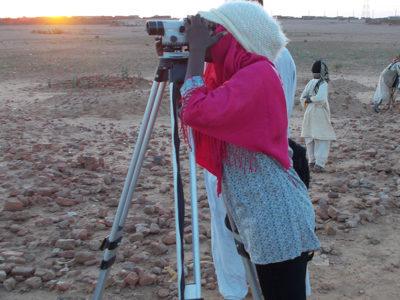 Abu Erteila (Sudan), L'ispettrice Tysser Mohamed utilizzando il livello ottico (foto Varriale).