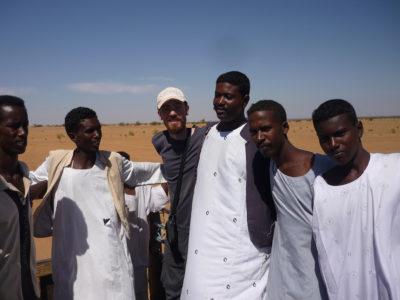 Abu Erteila (Sudan), Il vice-direttore del team italiano Marco Baldi in compagnia di alcuni operai (foto Fantusati).