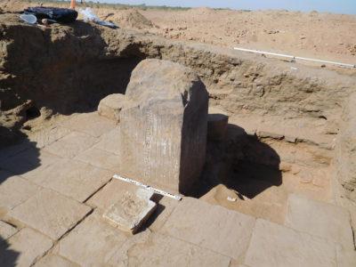Abu Erteila (Sudan), Kom II, Tempio K 1000, Naos, Altare e bacino d'offerta (foto Lebedev).