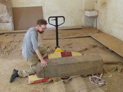 Khartoum (Sudan), Museo Nazionale, Basamento rinvenuto presso il tempio K 1000 di Abu Erteila con il vice-direttore del team italiano Marco Baldi (foto Fantusati).
