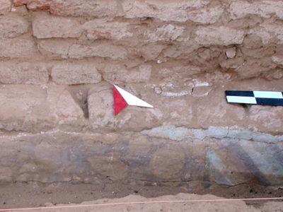 Abu Erteila (Sudan), Kom II, Tempio K 1000, Muro perimetrale meridionale del nucleo originario, Intonaco dipinto (foto Fantusati).