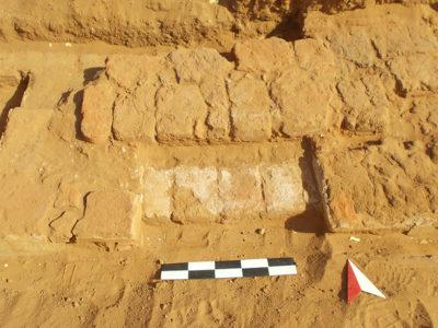 Abu Erteila (Sudan), Kom II, Tempio K 1000, Rampa meridionale d'ingresso al nucleo originario (foto Fantusati).