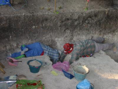 Scavo acrobatico di una sepoltura a Noen Din