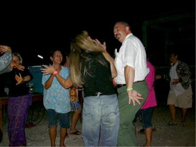 Canti e danze Lao nel villaggio di Pong Manao alla fine dello scavo 2002.