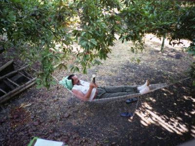 Un attimo di relax all'ombra dei lamut, gli alberi di Sapodilla dal cui tronco si ricava la gomma del chewing gum.