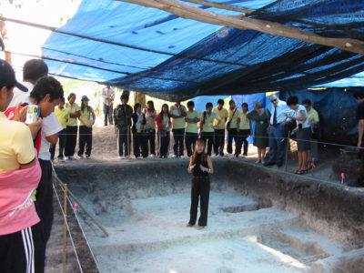Ospiti dall'Ambasciata Italiana a Bangkok e studenti della Facoltà di Archeologia-Università Silpakorn in visita al cantiere di scavo durante la celebrazione del ventennale del LoRAP