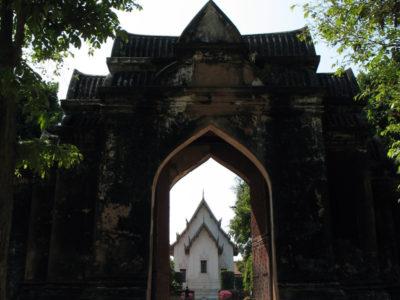 Il portale 1 del recinto interno inquadra il Padiglione Chanthara Phisan