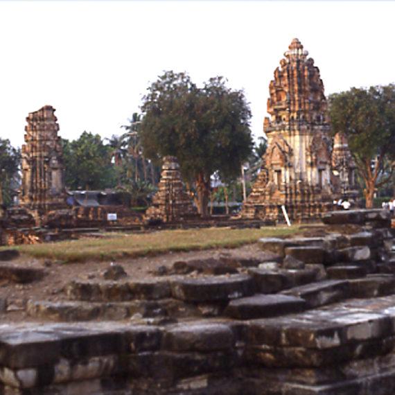 Il tempio reale Wat Phra Si Rattana Mahathat: tempio hindu-buddhista Khmer fondato nel sec. XI fu restaurato e ampliato (ca. 3,3 ha) dal Re Narai (sec. XVII)