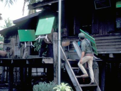 Stagione di scavo 1992: trasporto di suppellettili essenziali per la casa della missione nel villaggio di Huai Pong.