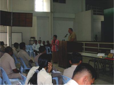 Il Direttore del Progetto parla alla conferenza dei 'Capi di comune - kamnan' della Provincia di Lopburi sulla importanza della salvaguardia dei locali siti preistorici.