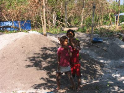 I bambini del villaggio divertiti dallo scavo e dai farang (gli stranieri)