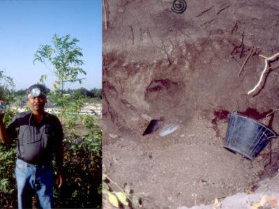 Fig. 3 1989, il nostro assistente, Narong Saikongdee, mostra i semplici attrezzi di scavo lasciati in posto da un tombarolo.
