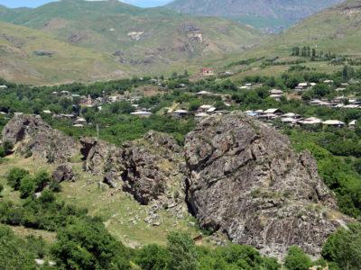Fig. 1. Lo sperone roccioso di Yelpin che ospita strutture rupestri dell'Età del Ferro (VDP 004).