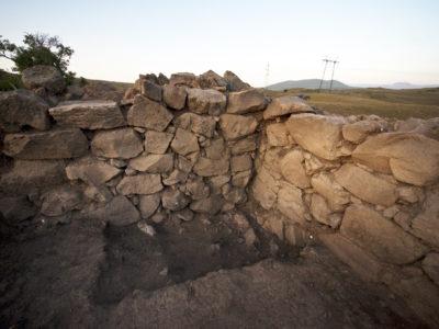 Fig. 10. Solak 1. L'angolo est della Stanza 1 con, in primo piano, il saggio 1 che ha esposto i livelli di fondazione del pavimento e dei muri perimetrali.