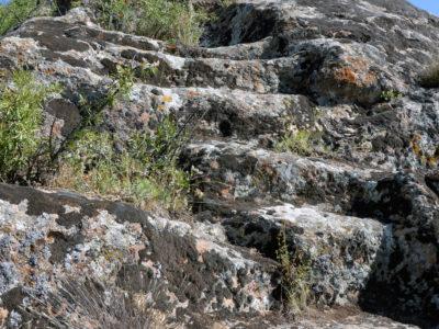 Fig. 14. Scale rupestri sullo sperone roccioso di Yelpin (VDP 004) che conducevano ad una possibile area cultuale.