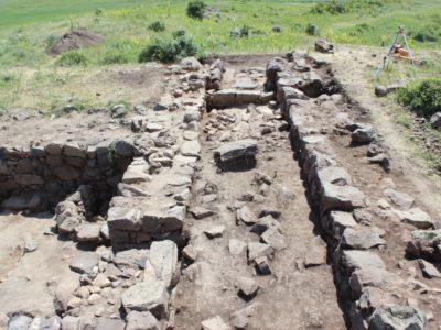 Fig. 14. Solak 1. Il corridoio che divide in due la fortezza in corso di scavo.