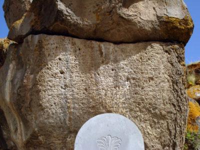 Fig. 2. Tsovinar. L'iscrizione cuneiforme del re urarteo Rusa I.