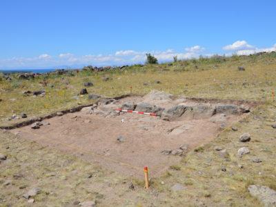 Fig. 4. Tsovinar. Vista dello scavo del 2015 sulla sommità dell'acropoli (Area B).