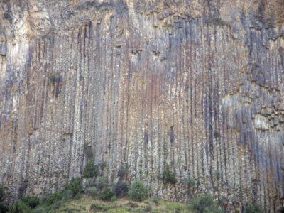 Fig. 6. Le caratteristiche colonne di basalto nella valle del fiume Arpa, Vayots Dzor.