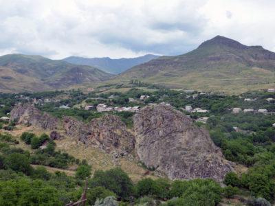 VDP. Veduta generale del sito cultuale/necropoli presso la rupe di Yelpin 1 (Armenia) vista da sud-ovest. // VDP. General view of the cultic/necropolis site of Yelpin 1 (Armenia) seen from south-west.