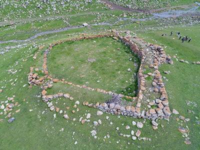 SKJ. Il piccolo forte di Didi Khanchali (Georgia), vista aerea da sud. // SKJ. The small fort of Didi Khanchali (Georgia), aerial view from south.