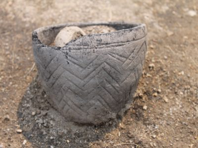 Recipiente in ceramica grezza con decorazione incisa di tipologia Andronovo (II millennio a.C. - Shagalaly II). Vessel in rough ware decorated with an Andronovo incised pattern (2nd millennium BC - Shagalaly II).