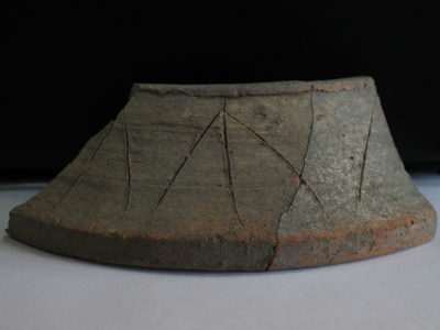 Supporto ceramico in ceramica fine con marchi da vasaio incisi. Si tratta di un tipico manufatto dell'Età del Bronzo proveniente da un sito della civiltà dell'Oxus in Asia Media (fine del III millennio o prima metà del II millennio a.C. - Shagalaly II).  Pot-stand in fine ware with three potter marks incised. This is a typical artefact of the Bronze Age, coming from an Oxus Civilisation site in Middle Asia (end of the 3rd or first half of the 2nd millennium BC - Shagalaly II)