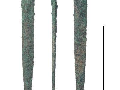 Un esemplare di pugnale in bronzo rinvenuto all'interno di LCG-1 decorato con rivetti nell'elsa – An example of bronze dagger recovered from LCG-1 decorated with rivets preserved in the grip
