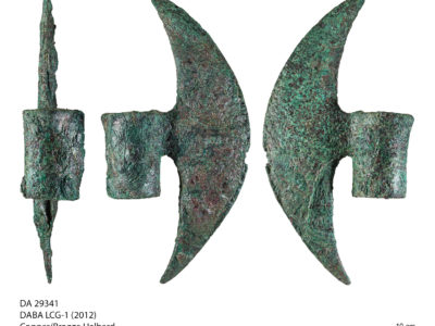 Un esemplare di alabarda in bronzo dai depositi di LCG-1 – An example of bronze halberd recovered from LCG-1