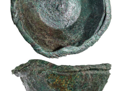 Un esemplare di vaso in bronzo con orlo ingrossato e versatoio – An example of bronze vase with thickened rim and pouring spout