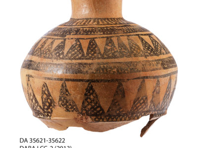 Giara di grandi dimensioni con decorazione dipinta in nero recante motivi geometrici – Large jar painted with geometric pattern