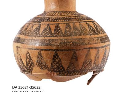 Giara di grandi dimensioni con decorazione dipinta in nero recante motivi geometrici – Large jar painted with geometric pattern