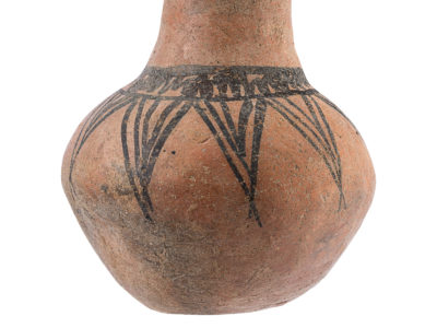 Vaso a collo di medie dimensioni decorato con motivi geometrici dipinti – Necked jar painted with geometric pattern