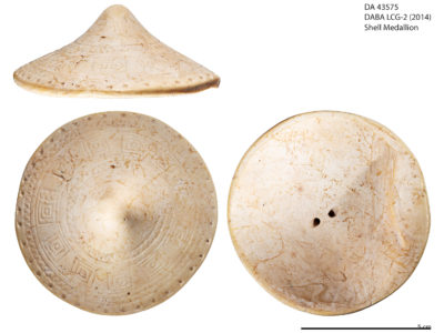Disco in conchiglia decorato con motivi geometrici incisi – Shell disc decorated with geometric inlaid motifs
