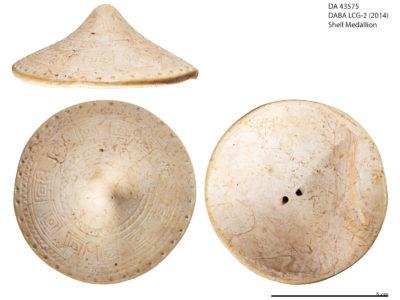 Disco in conchiglia decorato con motivi geometrici incisi – Shell disc decorated with geometric inlaid motifs