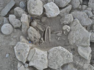 Una caratteristica camera circolare all'interno della grande struttura con deposizione di venti individui – A typical circular chamber within the main structure filled with twenty burials