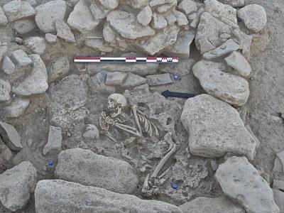 Una tipica sepoltura primaria all'interno di una piccola camera delimitata da lastre - A common primary burial within a small chamber defined by slabs
